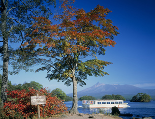 秋の大沼公園と駒ヶ岳の写真素材 [FYI03313756]