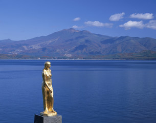 田沢湖辰子姫像と駒ヶ岳の写真素材 [FYI03313956]