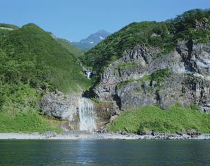知床カムイワッカの滝と硫黄山の写真素材 [FYI03314731]