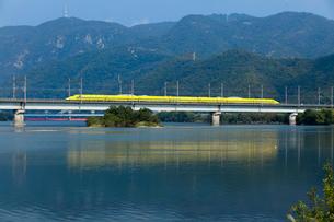山陽新幹線ドクターイエローと吉井川の写真素材 [FYI03315173]