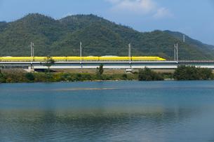 山陽新幹線ドクターイエローと吉井川の写真素材 [FYI03315174]