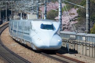 桜の咲く九州山陽新幹線の写真素材 [FYI03315217]