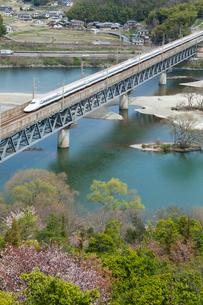 山陽新幹線と桜の高梁川の写真素材 [FYI03315230]