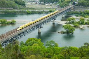 山陽新幹線ドクターイエローと新緑の高梁川の写真素材 [FYI03315246]