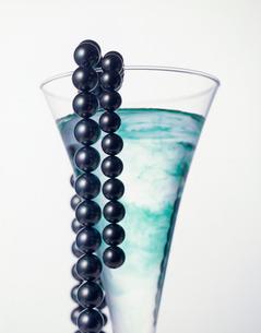 クロチョウ真珠とカクテルグラスの写真素材 [FYI03315584]