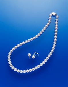アコヤ真珠のネックレスとイヤリングの写真素材 [FYI03315585]
