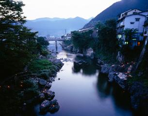郡上八幡吉田川の夕暮の写真素材 [FYI03315800]