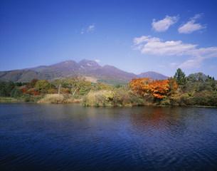 妙高山といもり池の写真素材 [FYI03315964]