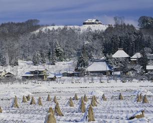 雪の山村の洋館の写真素材 [FYI03316011]