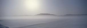 朝日のあたる雪原の写真素材 [FYI03316056]