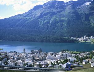 チャンタレラから街並 サンモリッツ スイスの写真素材 [FYI03316535]