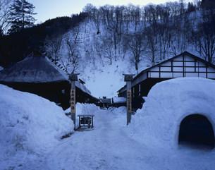 乳頭温泉  鶴の湯の雪景色の写真素材 [FYI03316752]