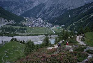 ハイキングコースから眺めるサースフェーの写真素材 [FYI03316902]