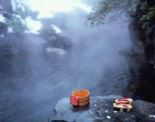 駒下駄と露天風呂の写真素材 [FYI03316927]