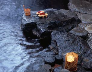 露天風呂と手桶の写真素材 [FYI03316928]