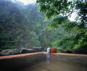 露天風呂と桶の写真素材 [FYI03316953]
