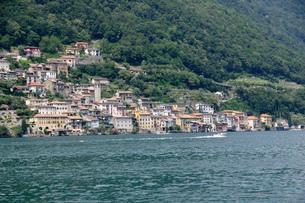 ルガノ湖上から見るガンドリアの村の写真素材 [FYI03317251]