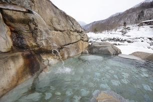 雪景色の露天風呂の写真素材 [FYI03317288]