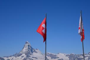 スイス国旗とマッターホルンの写真素材 [FYI03317325]