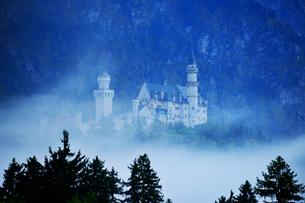 霧のノイシュヴァンシュタイン城の写真素材 [FYI03317556]