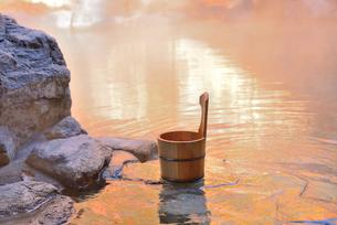紅葉の露天風呂と手桶の写真素材 [FYI03317565]