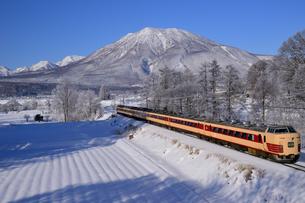 信越線列車と黒姫山の写真素材 [FYI03317621]
