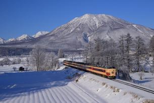 信越線列車と黒姫山の写真素材 [FYI03317624]