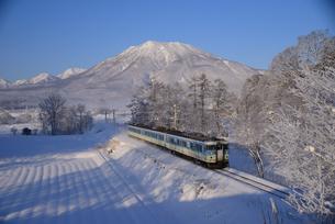 黒姫山と信越線雪景色の写真素材 [FYI03317626]