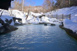 雪に囲まれた露天風呂の写真素材 [FYI03317669]