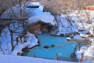 雪に囲まれた露天風呂の写真素材 [FYI03317672]