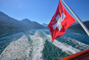 湖船のスイス国旗の写真素材 [FYI03317713]