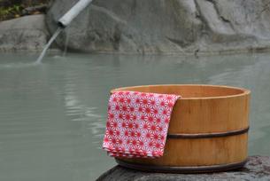 露天風呂の湯桶の写真素材 [FYI03317768]