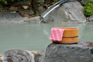 露天風呂の湯桶の写真素材 [FYI03317773]