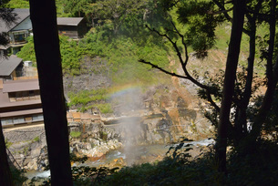 噴泉に架かる虹の写真素材 [FYI03317776]