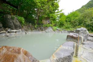 渓流沿いの露天風呂の写真素材 [FYI03317777]