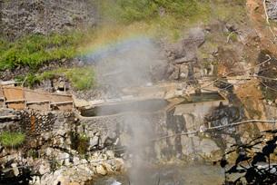 露天風呂に虹の写真素材 [FYI03317781]