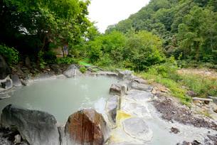 渓流沿いの露天風呂の写真素材 [FYI03317785]