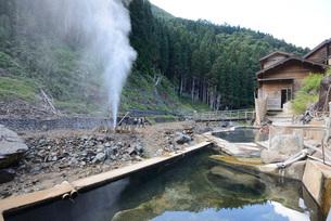 地獄谷の噴泉と露天風呂の写真素材 [FYI03317789]