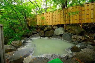 濁り湯の露天風呂の写真素材 [FYI03317792]