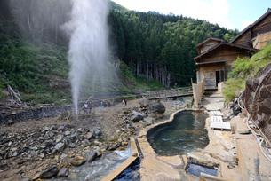 噴泉と露天風呂の写真素材 [FYI03317793]