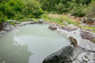 濁り湯の露天風呂の写真素材 [FYI03317794]
