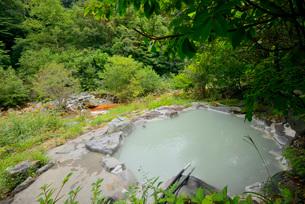 渓流の露天風呂の写真素材 [FYI03317795]