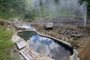 地獄谷の噴泉と露天風呂の写真素材 [FYI03317798]
