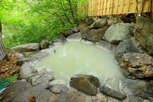 濁り湯の露天風呂の写真素材 [FYI03317801]