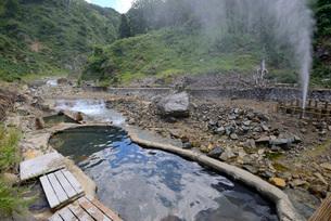 地獄谷の噴泉と露天風呂の写真素材 [FYI03317802]