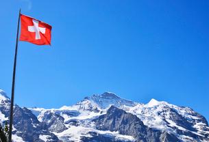 スイス国旗とユングフラウの写真素材 [FYI03318141]