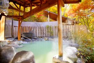 湯けむりの露天風呂の写真素材 [FYI03318326]