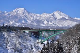 高速道と妙高山の写真素材 [FYI03318350]
