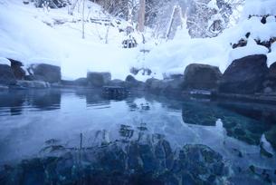 雪の露天風呂の写真素材 [FYI03318352]