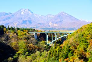 上信越高速道、大田切沢橋と妙高山の写真素材 [FYI03318477]